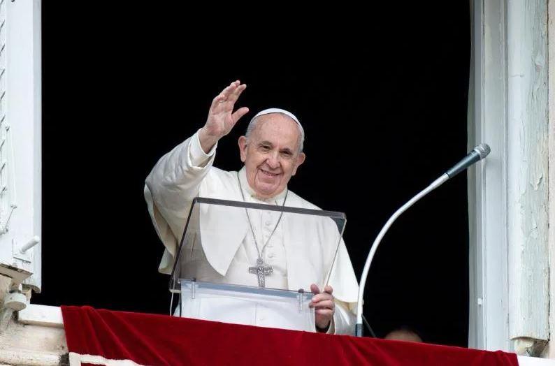 Papa Francisco saluda feligreses.