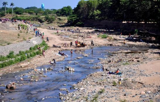 Haitianos cruzan río Masacre.