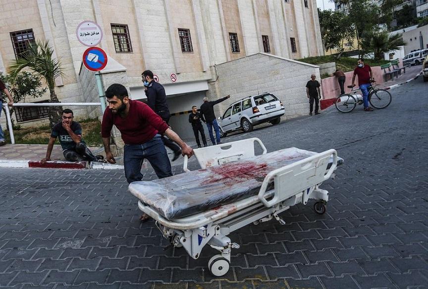 Ambulancias egipcias trasladan heridos de Gaza.