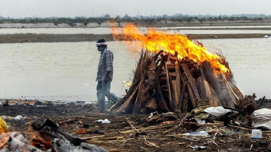 Muchas víctimas mortales del coronavirus son incineradas a lo largo del Ganges en Uttar Pradesh.