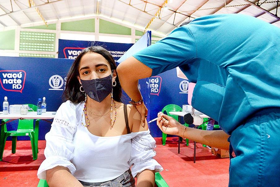 Ciudadanos acuden a vacunarse contra el coronavirus.