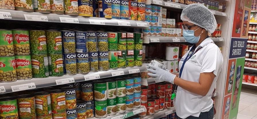 Inspectores supervisan precios productos canasta básica en comercios.