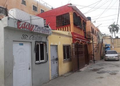 Algunas de las viviendas afectadas por los cortes del tendido eléctrico en Villa Faro.