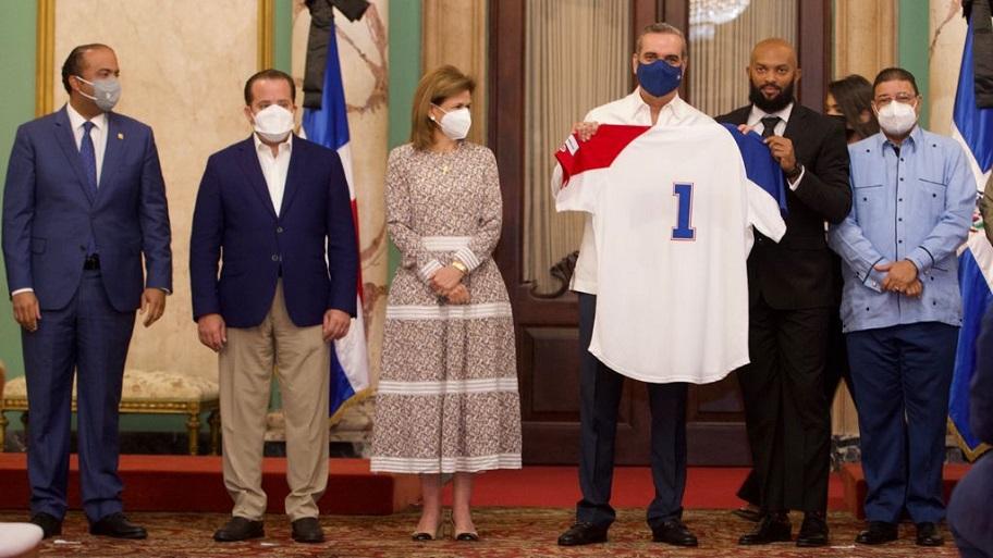 Equipo nacional de béisbol visita al presidente Luis Abinader.