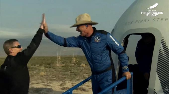 Jeff Bezos celebra viaje tripulado al espacio.