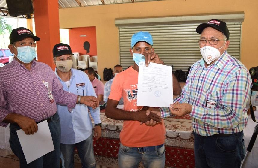 INDOCAFE acredita seguro médico a caficultores comunidad La Leonor.