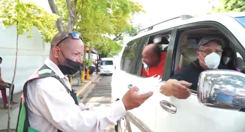 UDC reparte mascarillas en el Distrito Nacional.