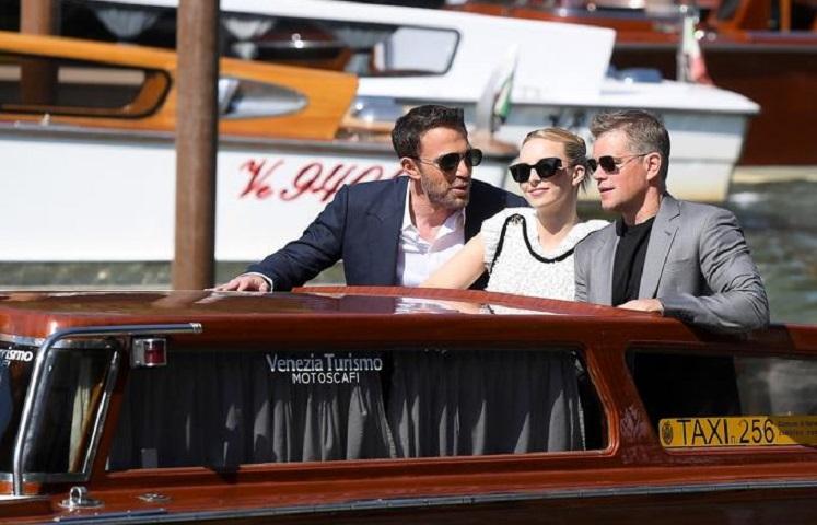 Jodie Comer junto a Matt Damon y Ben Affleck arriban al Lido Beach en el Fetival de Venecia. (Foto: EFE).