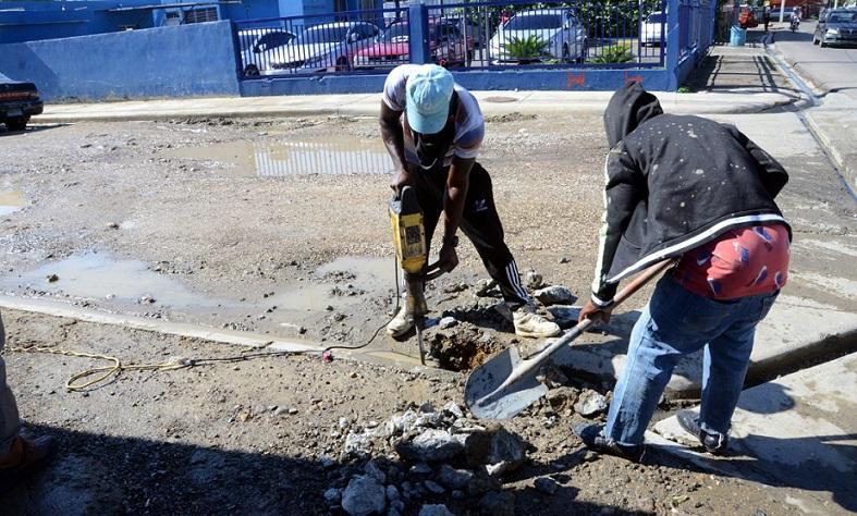 Trabajadores construyen obras en Gurabo.